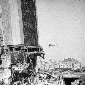 Amerykański samolot Dakota (Douglas C-47 Skytrain) przelatujący nad Warszawą latem 1945 r. Rok wcześniej na pokładzie takiej maszyny, w ramach operacji Most III, dostarczono do kraju kuriera Jana Nowaka, a w drodze powrotnej przetransportowano zdobyty przez AK pocisk V2, fot. R. Witkowski, ze zbiorów Muzeum Powstania Warszawskiego