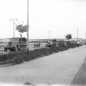 Kolumna niemieckich pojazdów wojskowych w trakcie wycofywania z Warszawy. Koniec lipca 1944 r., fot. T. Bukowski/Muzeum Powstania Warszawskiego