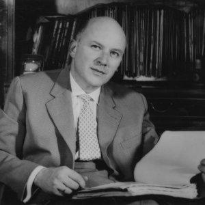 Jan Nowak-Jeziorański w gabinecie, fotografia z okresu powojennego, fot. ze zbiorów Ossolineum