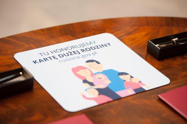 9281433dbb2810 Karta Dużej Rodziny to pierwszy w Polsce ogólnopolski projekt wspierający  duże rodziny. Dzięki współpracy rządu oraz firm i instytucji, każda rodzina  z co ...