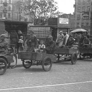 Postój riksz bagażowych przy pl. Żelaznej Bramy w Warszawie. Lipiec 1944 r., fot. S. Bałuk/Muzeum Powstania Warszawskiego