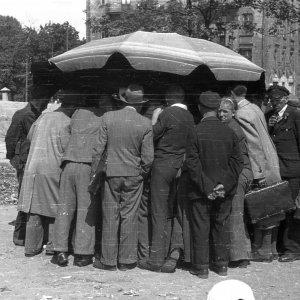 Gra w trzy karty lub ruletkę na warszawskiej ulicy. Lipiec 1944 r., fot. S. Bałuk/Muzeum Powstania Warszawskiego