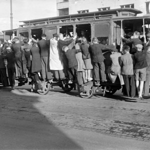 Przepełniony tramwaj na wiadukcie Mostu Poniatowskiego – charakterystyczny widok dla okupowanej Warszawy. Koniec lipca 1944 r., fot. T. Bukowski/Muzeum Powstania