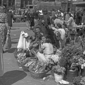 Handel białym pieczywem na pl. Żelaznej Bramy, na Śródmieściu Północnym. Lipiec 1944 r, fot. S. Bałuk/Muzeum Powstania Warszawskiego
