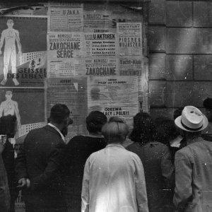 Warszawiacy czytają niemieckie obwieszczenie o nakazie stawienia się 100 tys. mężczyzn do robót fortyfikacyjnych. Koniec lipca 1944 r., fot. S. Bałuk/Muzeum Powstania Warszawskiego