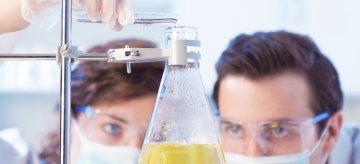 Jak nowa podstawa programowa wpływa na nauczanie chemii w liceum ogólnokształcącym i technikum?